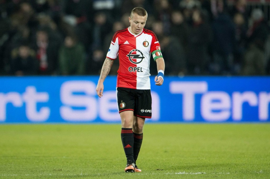 Southampton have completed the signing of midfielder Jordy Clasie from Feyenoord on a five-year deal.